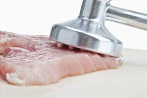 Das Fleisch wird zart geklopft.
