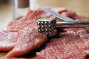 Edelstahl Fleischklopder bei der Bearbeitung von Fleisch