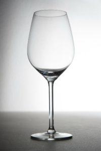 Ein leeres Sektglas.